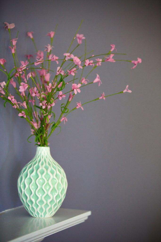 Jednoduché a predsa okúzľujúca váza s kvetmi.